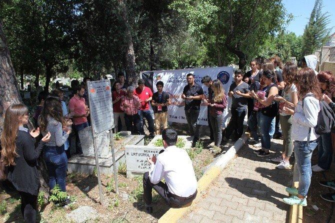 AÜ Öğrencileri Mustafa Ertuğrul'un Kabrini Ziyaret Etti