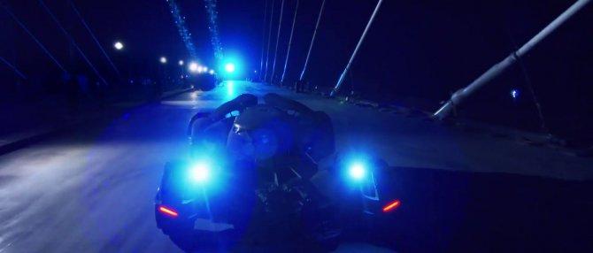 'Batmobile' köprüden geçti