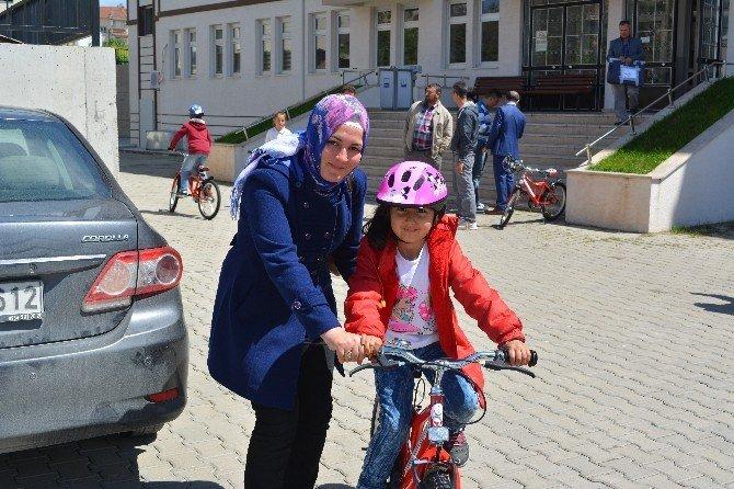 Osmaneli'de 17 İlkokul Öğrencisine Bisiklet Dağıtıldı