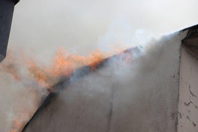 Çatı yangınına itfaiye müdahale etti, meraklı vatandaşlar izledi