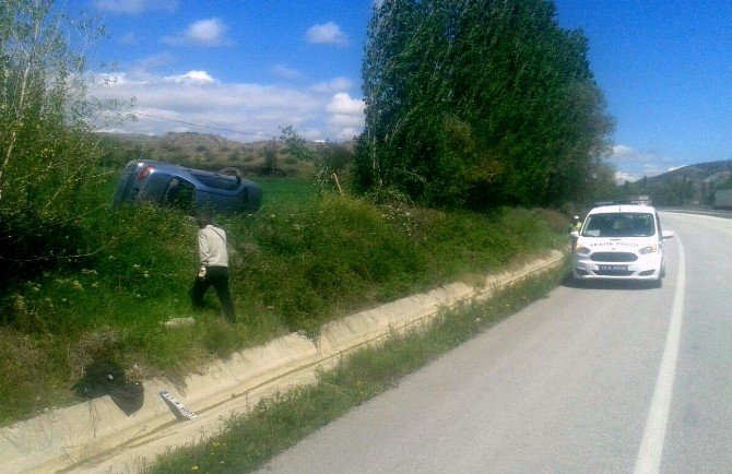 Otomobil Takla Atıp Tarlaya Devrildi : 2 Yaralı