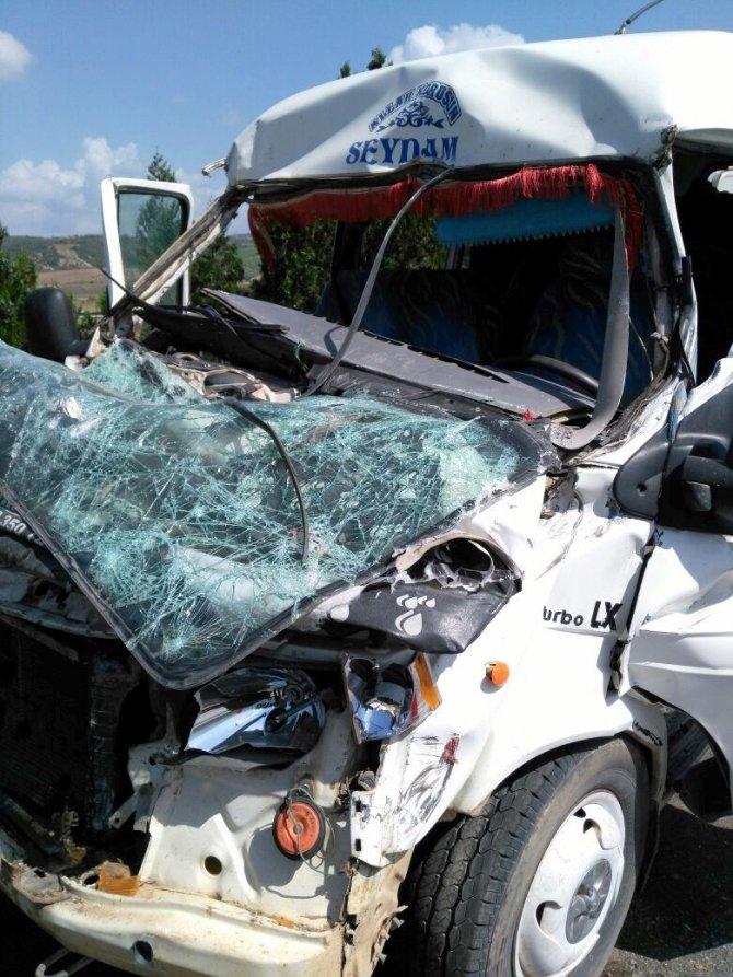 Minibus TIR'a arkadan çarptı: 4 yarılı