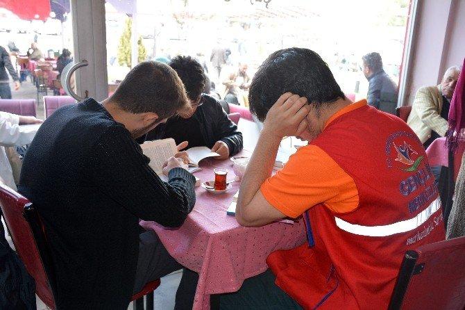 Gümüşhane'de Gençler Kıraathanede Kitap Okudu