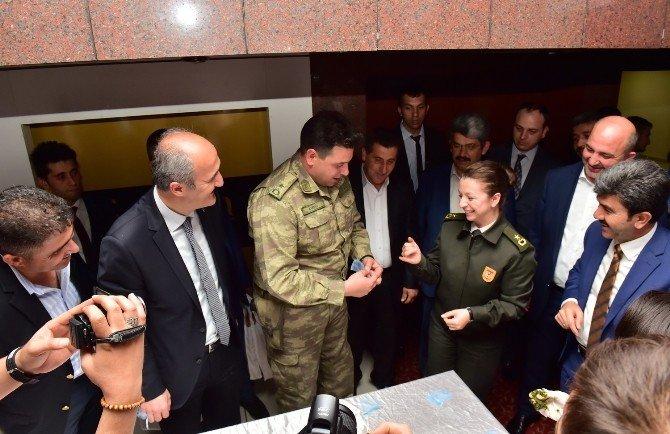 Belediye Başkanı Askere Gidecek Gençlere Kına Yaktı