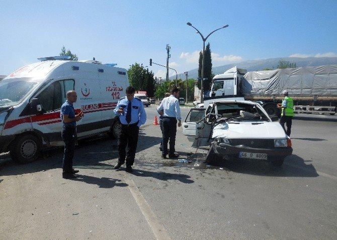 Ambulans İle Otomobil Çarpıştı: 1 Ölü, Biri Bebek 3 Yaralı