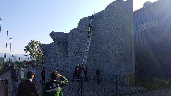 Suriyeli Genç Tırmanma Duvarından İnemeyince İtfaiye Çağrıldı