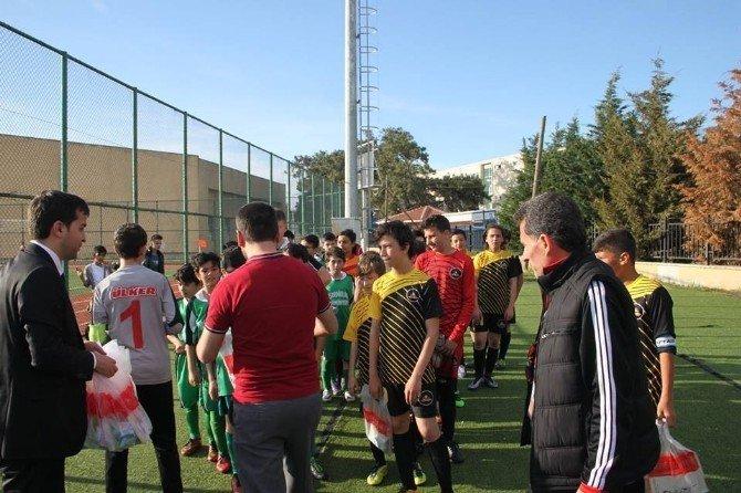 Maç Sonrası Minik Futbolculara Kitap Dağıtıldı