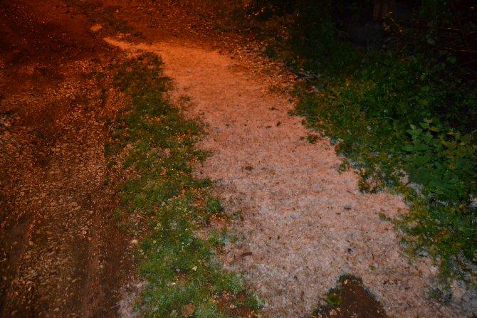 Gece yağan dolu cadde ve sokakları beyaza bürüdü