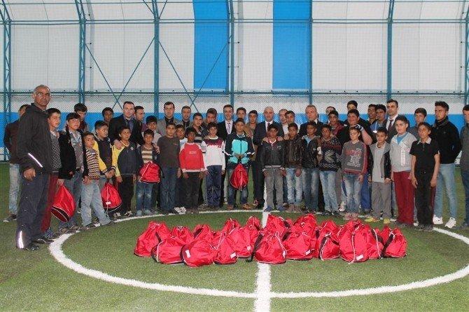 Spora Teşvik Etmek İçin Futbol Malzemesi Dağıtıldı