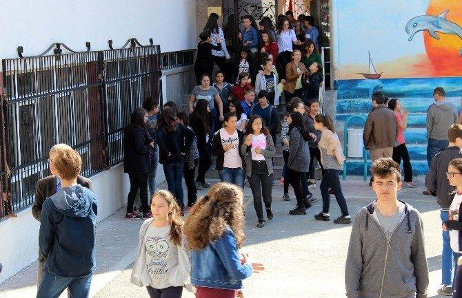 Öğrenciler Sınavda, Veliler Dışarıda Ter Döktü