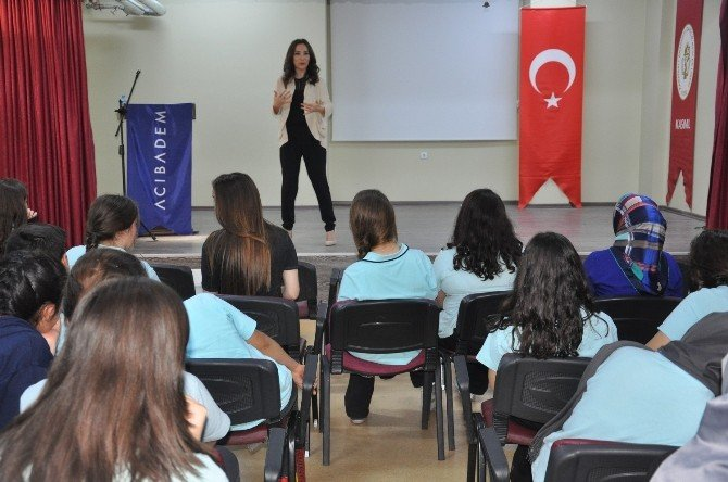 Psikolog Meriç Mavi'den Öğrencilere Seminer