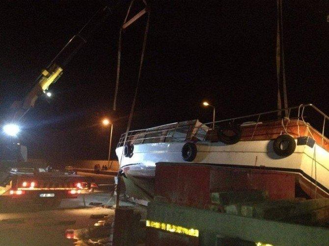 Türkeli'de Yolcu Teknesi Vinçten Düştü