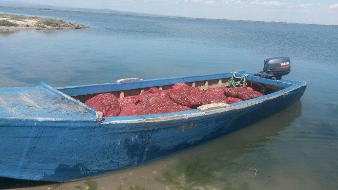Ege'de kaçak canlı midyenin olduğu tekneye operasyon