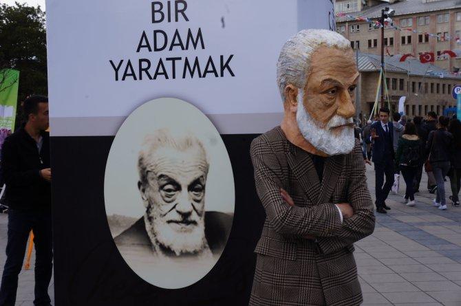 Ziyaretçiler 'Mehmet Akif', 'Necip Fazıl' maskesi ile karşılandı