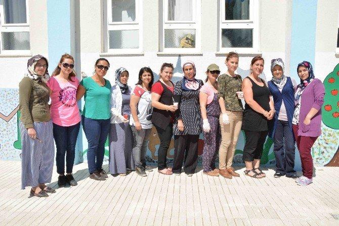 Fırçaları İle Köy Okullarını Güzelleştiriyorlar