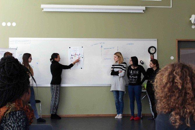 Göçmenler İçin Farklı Ülkelerden Gençler Bir Araya Geldi