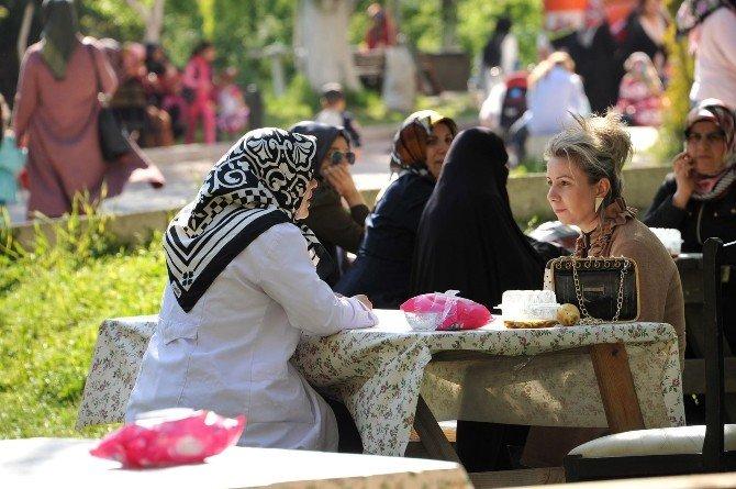 Başkan Bakıcı Kız Öğrenci Yurdu Kermesini Ziyaret Etti