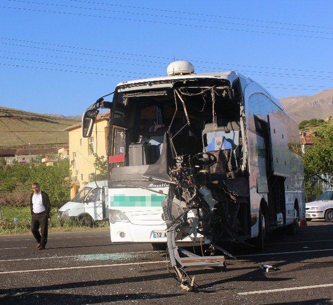 Malatya'da Tır Ve Yolcu Otobüsü Çarpıştı: 4 Yaralı
