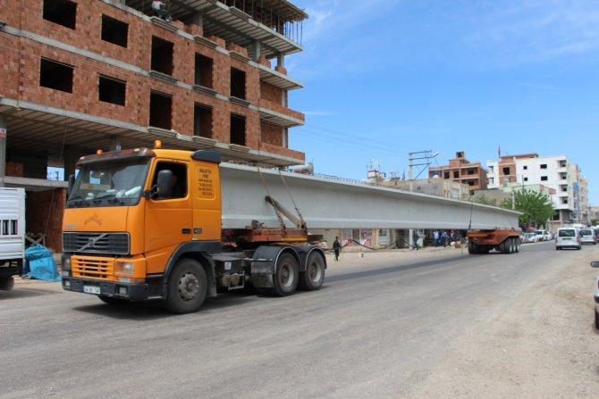 Uzun köprü parçaları taşıyan TIR'lar Midyat'ta trafiği felç etti