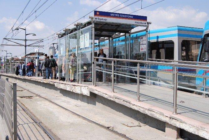 Baygınlık Geçiren Kadın Tramvayın Altına Düştü