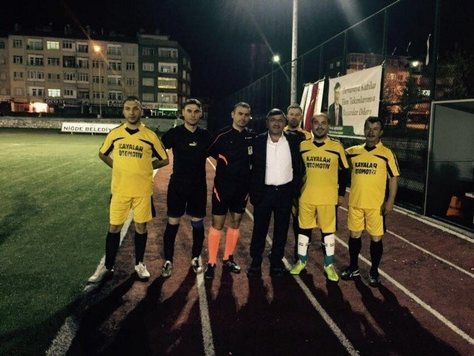 Niğde Belediye Başkanı Faruk Akdoğan, Futbol Turnuvasını Yakından Takip Ediyor