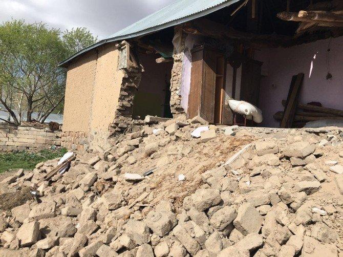 Patnos Kızılay'dan Evi Yıkılan Vatandaşa Yardım