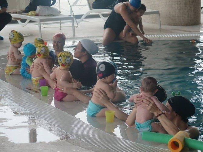 Mini Miniler Yüzme Kursunda