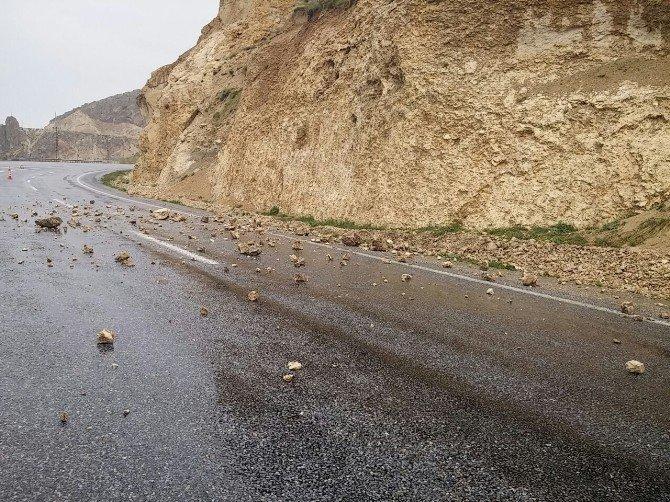 Adilcevaz-ahlat Yoluna Düşen Taşlar Tehlike Oluşturuyor