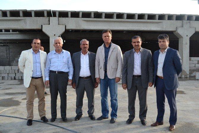 Kaymakam Kaya Ve Başkan Toprak Yeni Mezbahanenin Duvarını İşçilerle Birlikte Ördü