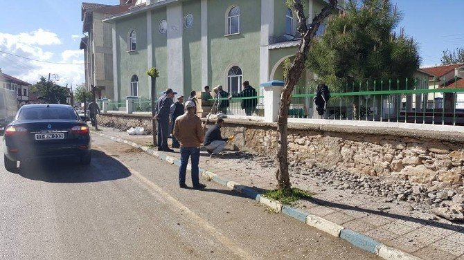 Pazaryeri Yüzbaşı Camii'inin Tahrip Olmuş İstinat Duvarları Onarılıyor