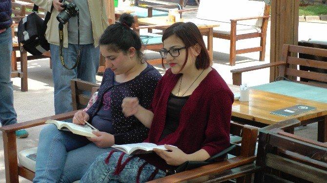 Parkta Kitap Okudular