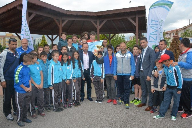 Bisiklet Yarışında Dereceye Girenler Ödüllerini Doğan'ın Elinden Aldı