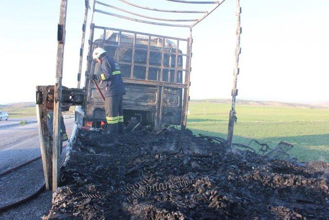 Seyir halindeki kanepe yüklü TIR yandı