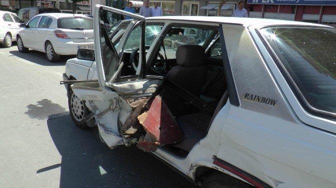 Üç Aracın Karıştığı Kazada Sürücülerden Biri Yaralandı