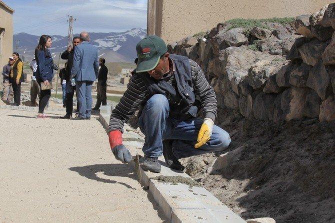 Başkale Belediyesi Kırsal Mahallere Parke Taşı Yapımına Başladı