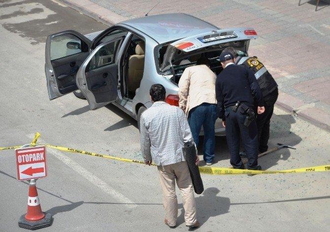 Camı Patlayan Otomobil Paniğe Neden Oldu