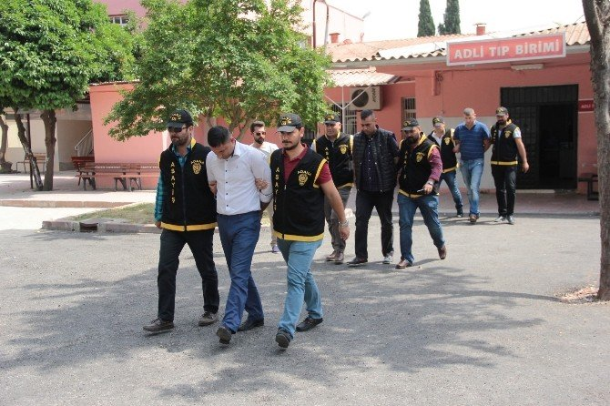 Adana'da Gazete Sahibini Darp İddiasıyla Gözaltına Alınan 3 Zanlı Adliyeye Sevk Edildi