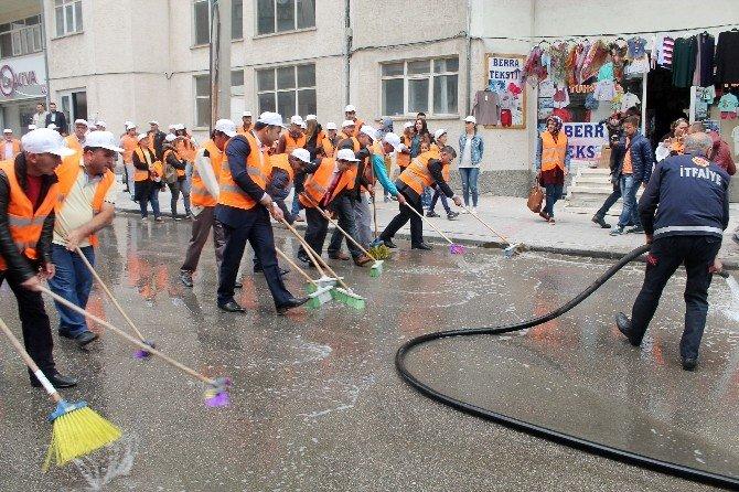 Belediye Başkanı, Elinde Fırçayla Sokak Temizledi
