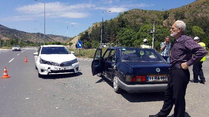 Bilecik'te İki Otomobil Çarpıştı: 4 Yaralı