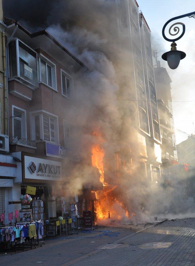 Kütahya'da 3 katlı işyeri yandı