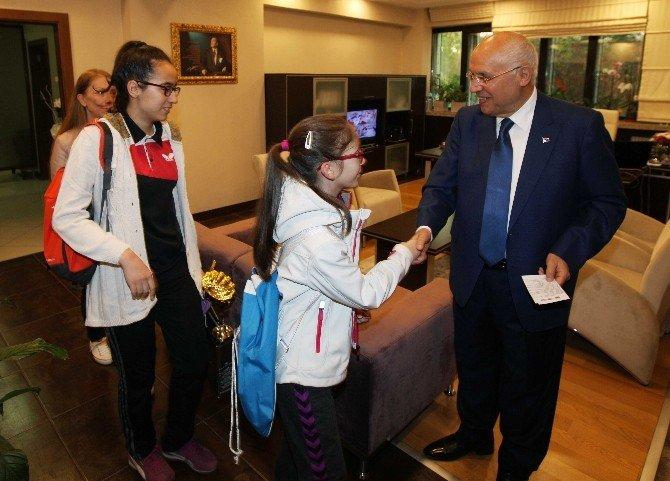 Genç Tenisçilerden Fethi Yaşar'a Teşekkür