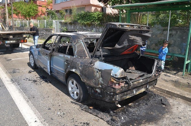 Seyir Halindeyken Alev Alan Otomobil Küle Döndü