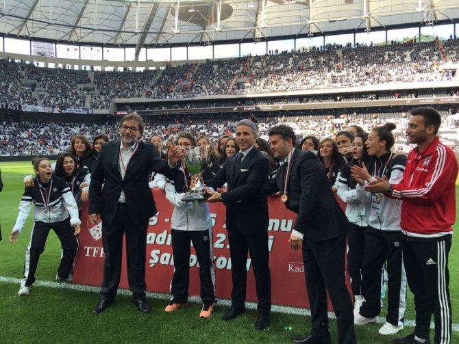 Beşiktaş'ta sporcular Vodafone Arena'da taraftarlarını selamladı