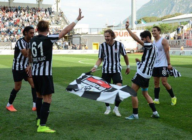 Manisasporlu Futbolcular Şampiyonluğu Çiftetelli İle Kutladı