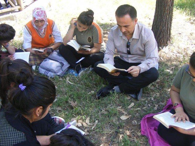 Okul Bahçesinde Kitap Okuma Etkinliği