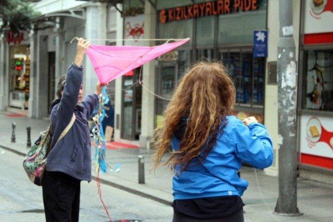 Caddenin Boşalmasını Fırsat Bilip Uçurtma Uçurup Top Oynadılar