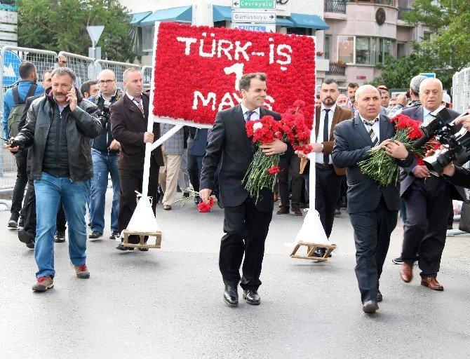 Türk-iş, Taksim Cumhuriyet Anıtı'na Çelenk Bıraktı