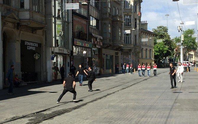 1 Mayıs'ı İstiklal Caddesi'nde Top Oynayarak Kutladılar