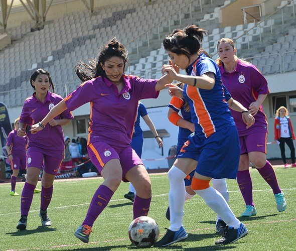 Kızlar Sahada Turnuvası'nda Galatasaray finali kovalıyor