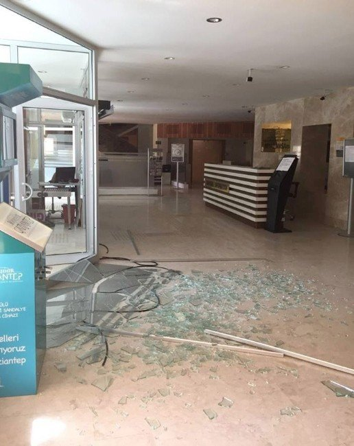 Gaziantep'teki Patlamada Büyükşehir Binasında Da Hasar Oluştu